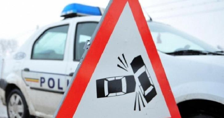 Accident rutier la Scorţeni. Un şofer a intrat într-un stâlp
