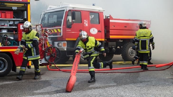 Incendiu la un service auto din Buşteni