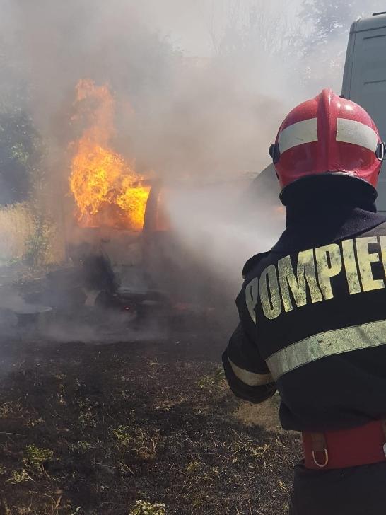 La Bărcăneşti, o maşină a fost incendiată din cauza unei ţigări