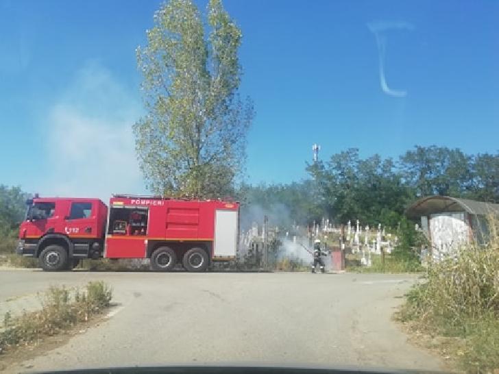 Incendiu de vegetaţie uscată în cimitirul de la Predeşti