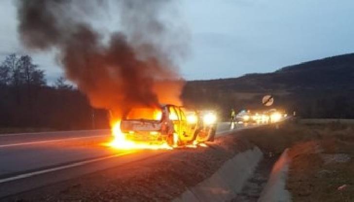 Un autoturism a luat foc în pădurea Păuleşti