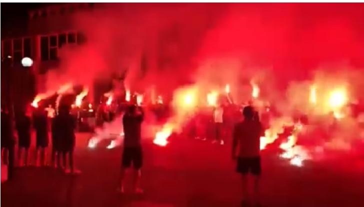 Lupii galbeni au fost încurajaţi de suporteri înaintea meciului cu Farul Constanţa printr-un show pirotehnic (video)