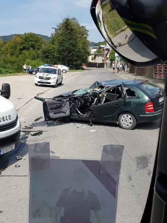 Accident grav la Buşteni, între o autoutilitară şi un autoturism. 8 persoane au refuzat transportul la spital
