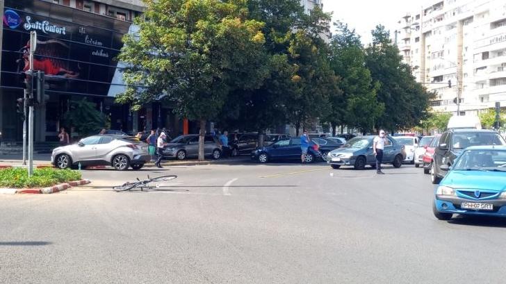 Accident rutier în Ploieşti. Un biciclist a fost acroşat de un autoturism în sensul giratoriu de la Caraiman