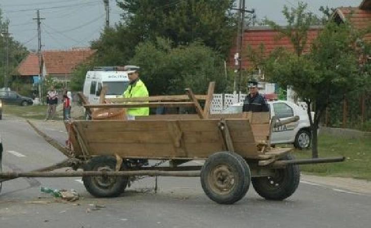 Accident rutier la Bălţeşti. Un autoturism a acroşat o căruţă