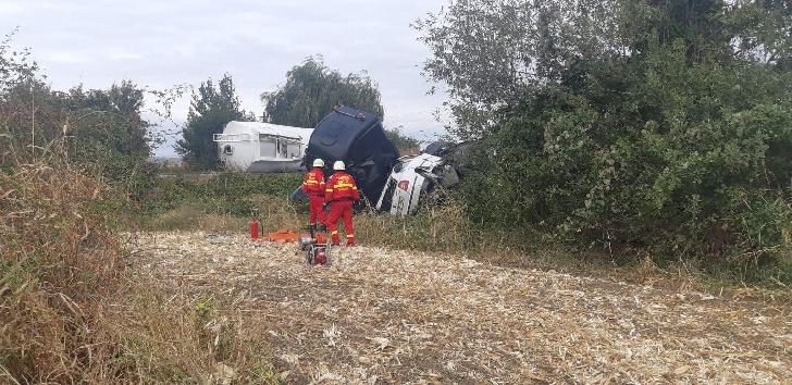 Pericol de explozie lângă Ploieşti. O cisternă plină cu kerosen s-a răsturnat peste un autoturism
