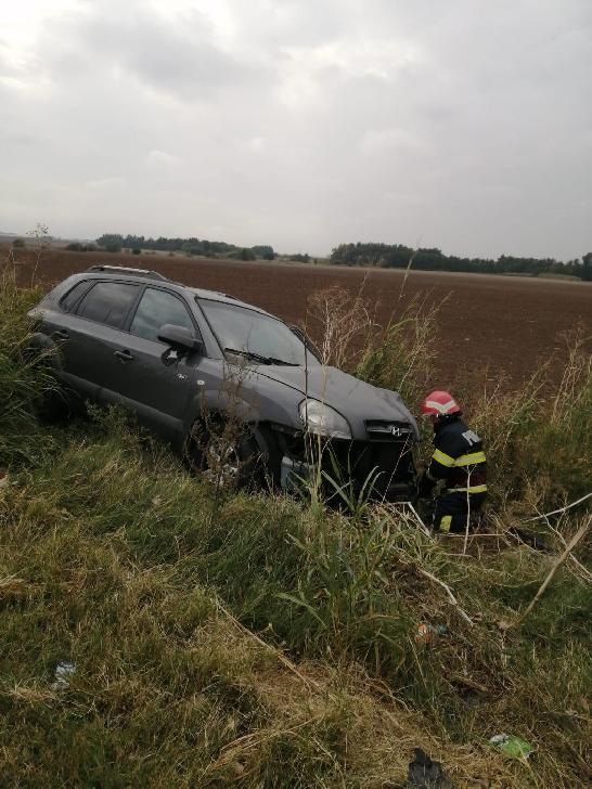 Accident rutier la Bărăitaru. Un autoturism şi un ansamblu de vehicule au intrat în coliziune