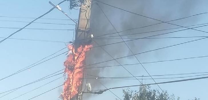 Un stâlp de curent electric a luat foc în Ploieşti