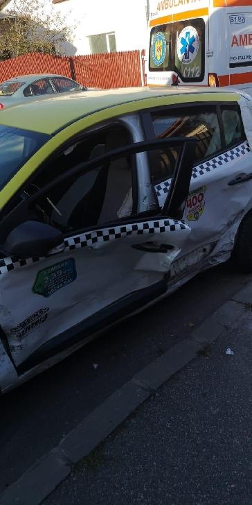 Accident rutier în Ploieşti. Un şofer a fost transportat la spital