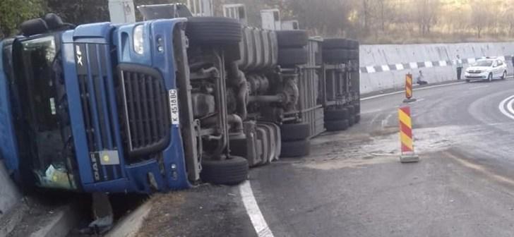Accident rutier între Azuga şi Predeal. Un tir s-a răsturnat pe şosea