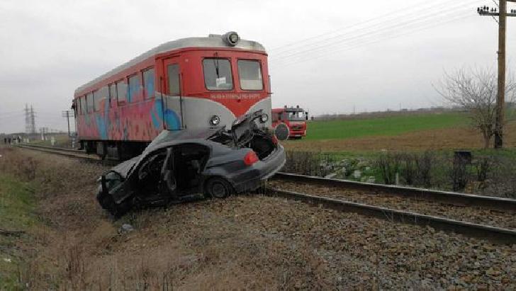 Un autoturism a fost lovit de tren, la Corlatesti