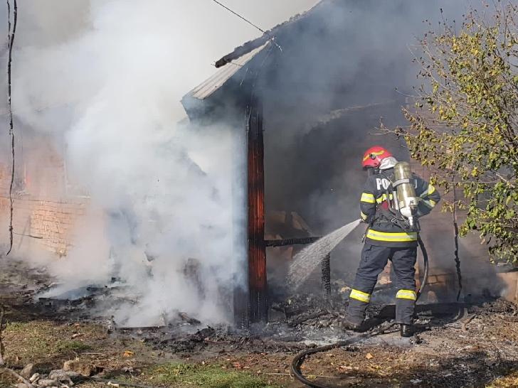 Incendiu la o casă particulară din satul Catunu (comuna Berceni).foto si video