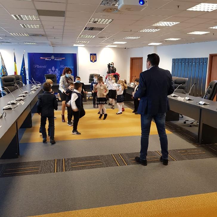 """Elevii  clasei pregătitoare B de la Colegiul Naţional """"I. L .Caragiale"""" Ploieşti au fost invitatii  Primarului  Municipiului Ploiesti (foto si video)"""