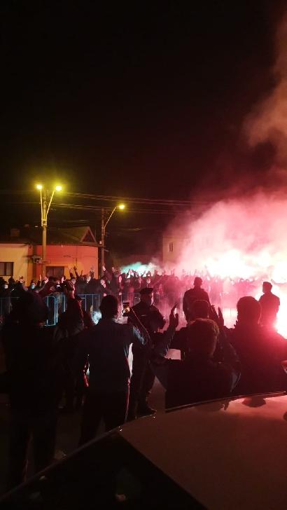 Spectacol pirotehnic şi plin de culoare după victoria cu Rapid. Fotbaliştii Petrolului Ploieşti s-au bucurat alături de suporteri (video)