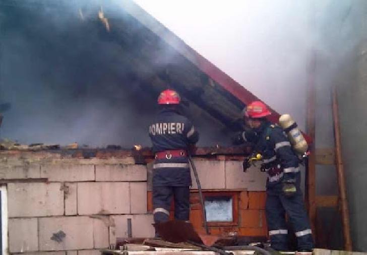 Incendiu la anexele unei case din comuna Valea Călugărească. Au ars 500 mp furaje