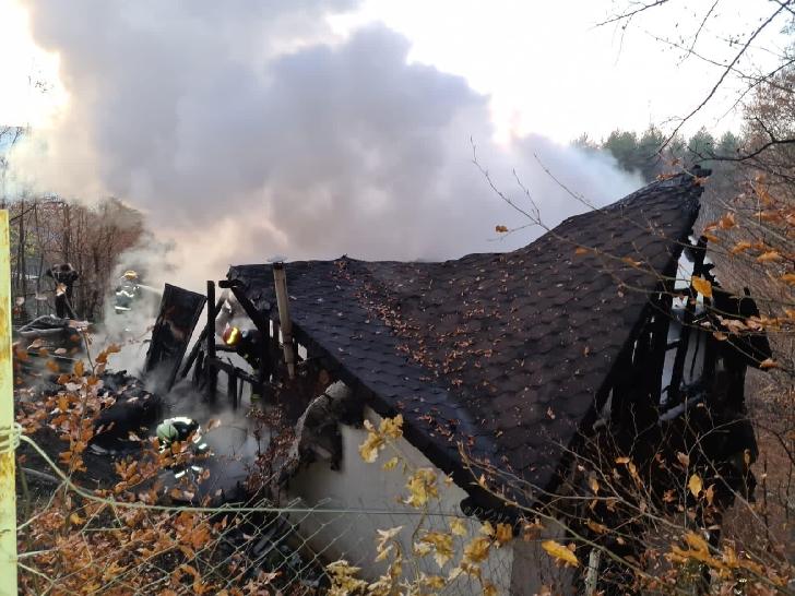 Incendiu la o casă particulară din localitatea Vâlcăneşti (foto şi video)