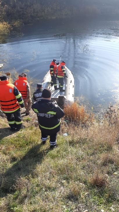 Pompierii prahoveni au salvat o lebada  dintr-un lac din satul Cătunu