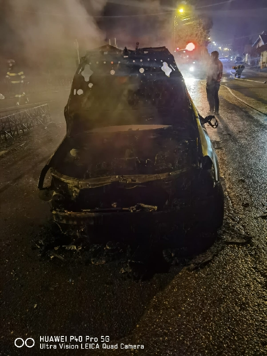 EXCLUSIV ! Un autoturism a luat foc, seara trecută la Boldeşti Scăieni. Nu au existat victime.(video)