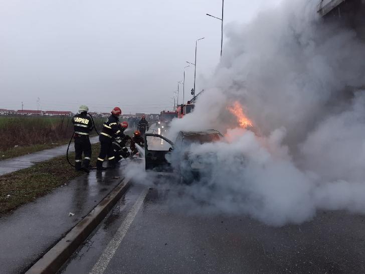 Un autoturism a luat foc lângă Spitalul Judeţean Ploieşti