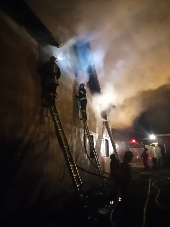 Incendiu puternic, noaptea trecută, la o casă particulară din Urlaţi (foto si video )