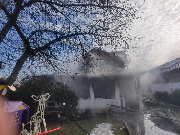 Incendiu la o casă particulară din satul Strejnicul (foto si video )
