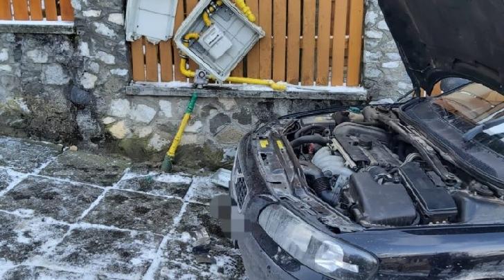 Accident rutier neobişnuit la Mizil. Un autoturism a avariat o ţeavă de gaze