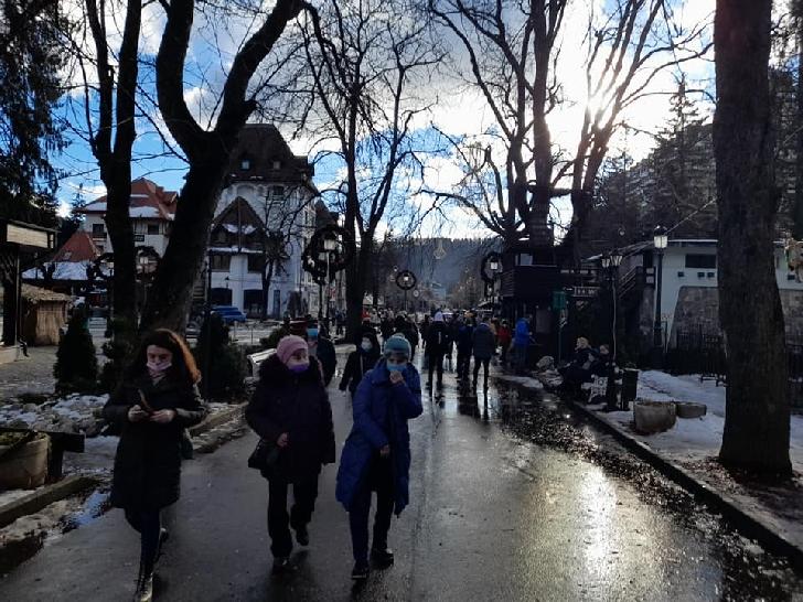 Oraşul Sinaia a fost plin de turişti, duminica aceasta (foto si video)