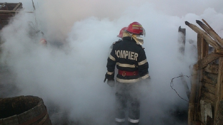 Incendiu la o baracă de pe strada Izvoare, din Ploieşti. O femeie a fost găsită decedată