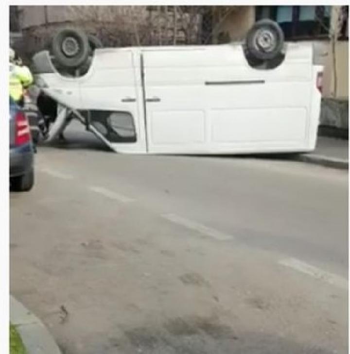Un autoturism s-a răsturnat pe strada 13 decembrie  din Ploieşti