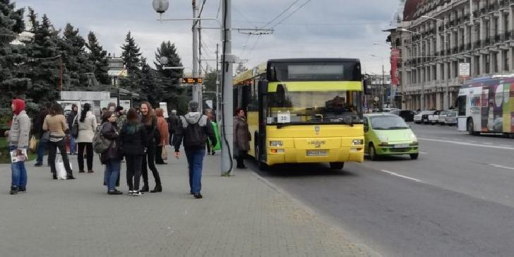 Un controlor al TCE Ploieşti a fost bătut pentru că îi ceruse unei femei să coboare din autobuz