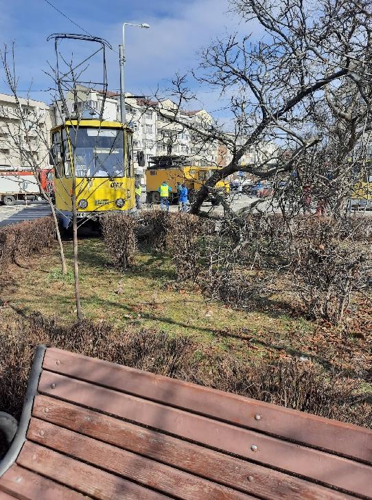Accident rutier neobişnuit în Ploieşti. Un tramvai a deraiat de pe şine