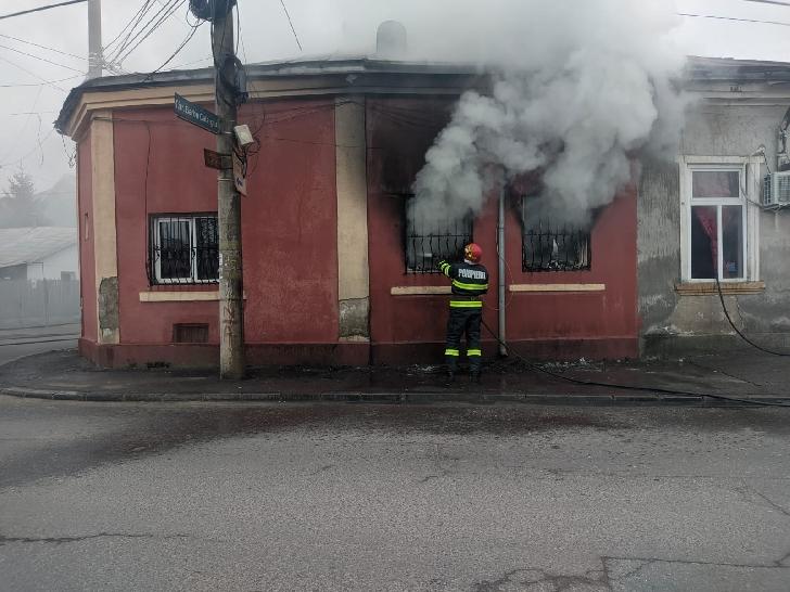 O casă a fost incendiata la Ploieşti (video)