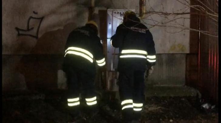 Toţi locatarii unui bloc din Ploieşti au fost evacuaţi din cauza mirosului de gaze