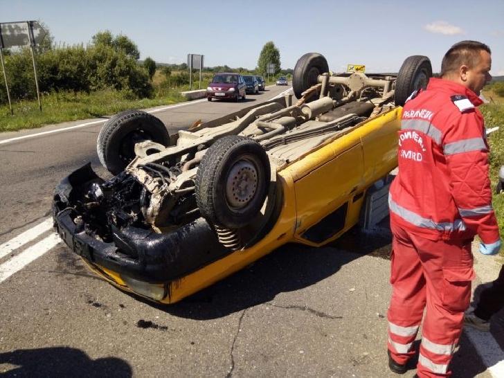 Accident rutier la Băneşti. Un autoturism s-a răsturnat pe plafon
