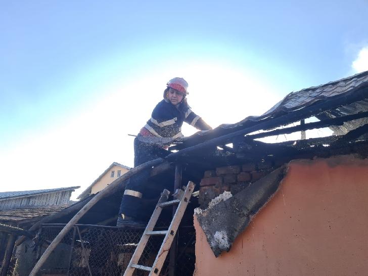 Incendiu puternic la o casă particulară din Măgureni (foto)
