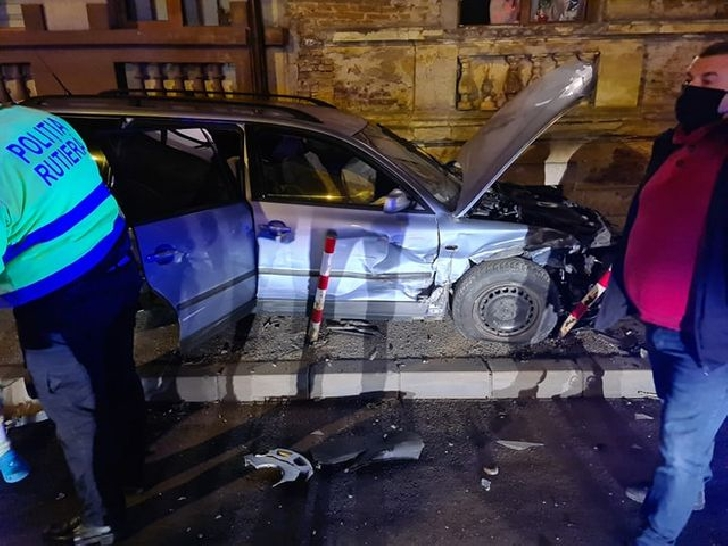 Accident rutier în Ploieşti. Un autoturism a ajuns pe trotuar