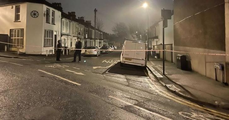 Un  tânăr de 19 ani şi-a pierdut viaţa după ce a fost înjunghiat în stradă,la Londra