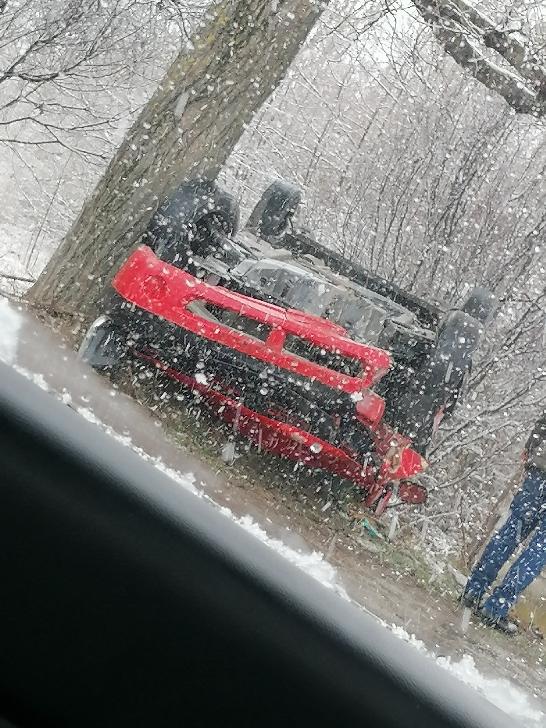 Accident rutier la Brătăşanca . Un autoturism s-a răsturnat pe câmp. O minoră a fost transportată la spital