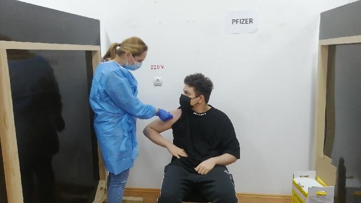 Cel mai tânăr cetăţean român a fost vaccinat anti Covid 19 la un liceu din Ploieşti (foto si video )