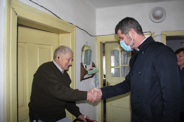 Un veteran de război din Măneciu (Cheia) a ajuns la 100 de ani. De 80 ani trăieşte cu un glonţ lângă inimă