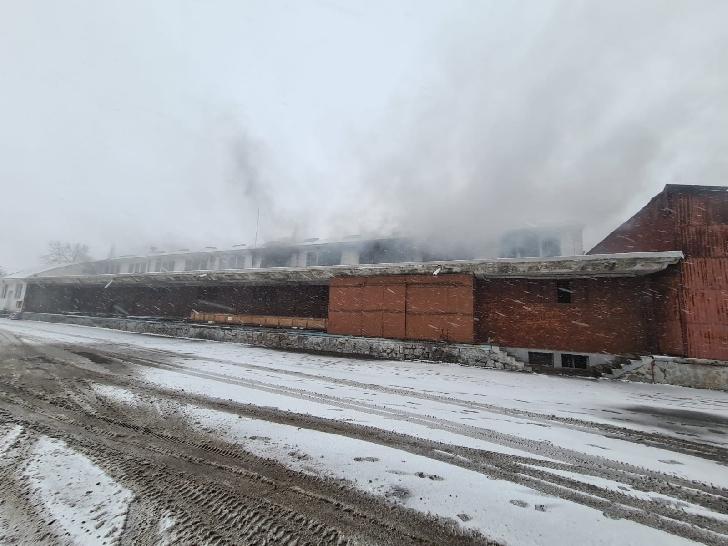 Incendiu violent la  baza de aprovizionare a unei companii de petrol şi gaze, din Floreşti Prahova (video)