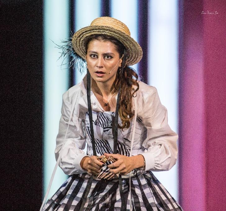 """EXCLUSIV IPC. INTERVIU CU ACTRIŢA LORENA LUCHIAN (Daniela) din serialul"""" Băieţi de oraş"""". Trăim oricum într-o societatea legată la ochi, sau mai nou, oarbă din naştere..."""