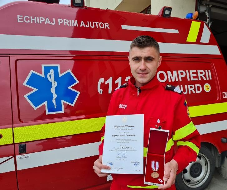 """Un pompier- paramedic de la ISU Prahova ,a primit Medalia Naţională """"Pentru Merit"""" clasa a III-a cu însemn pentru militari"""