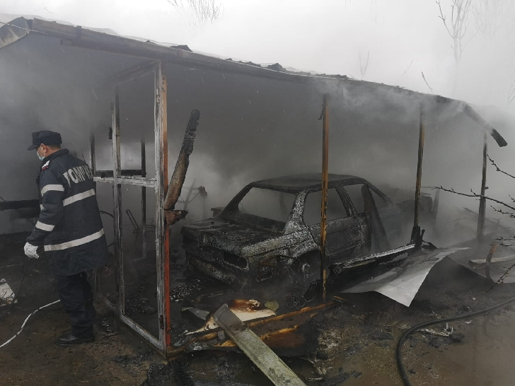 Incendiu la un atelier auto din Breaza. Un autoturism a ars în întregime. (foto)