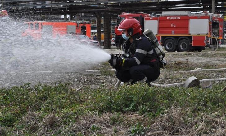 ISU Prahova a realizat un exerciţiu de simulare a unei explozii, la Rafinăria Petrobrazi. Foto