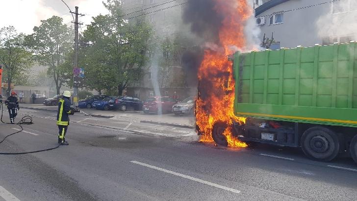 Câmpina. O maşină de gunoi a luat foc