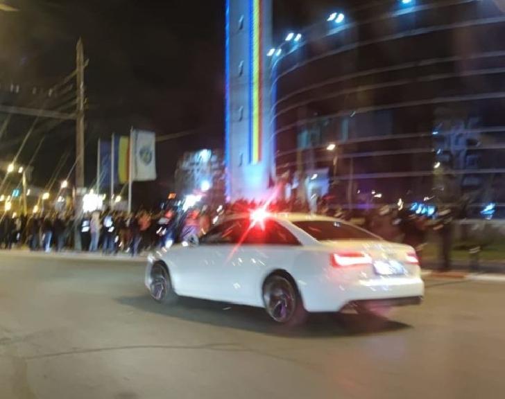 Luni seară, un şofer a fost urmărit pe străzile din Ploieşti, după ce a arătat gesturi obscene poliţiştilor