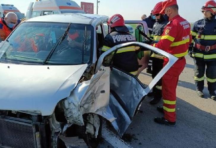 Accident rutier pe DN 1,în zona localităţii Păuleşti. 2 persoane au fost transportate la spital