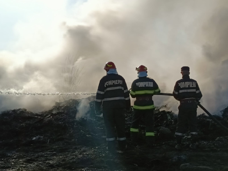 Incendiu puternic la Bucov, miercuri noapte (foto şi video)