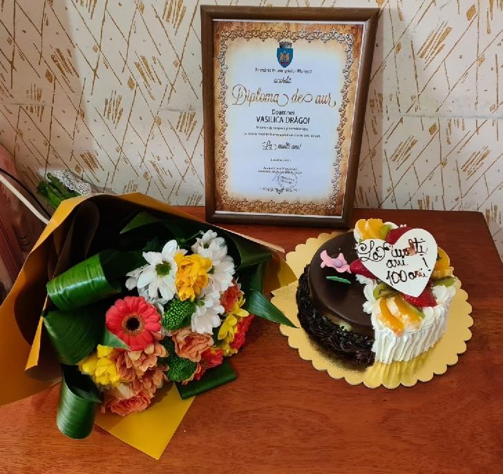 Ploieşteanca Vasilica Drăgoi a împlinit 100 de ani. Primăria Ploieşti i-a oferit un buchet de flori, un  tort şi o diplomă aniversară